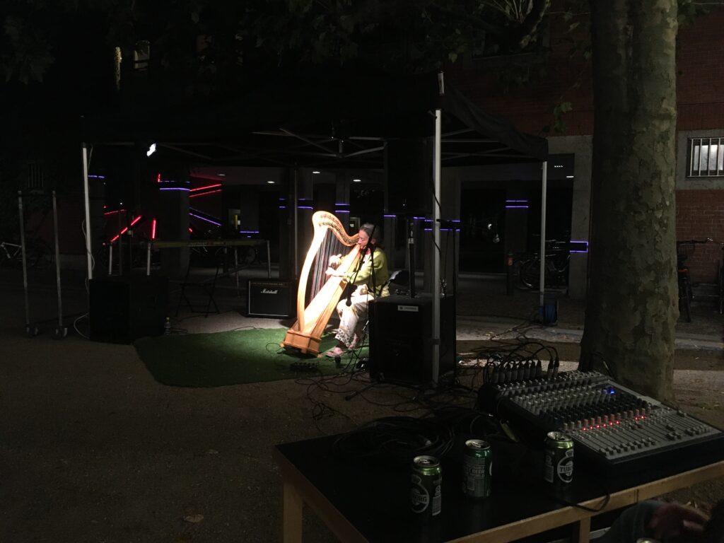 Gabrielle Reger på harpe
